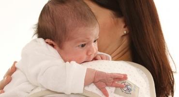 چگونه باد گلو را از معده نوزاد خارج کنید