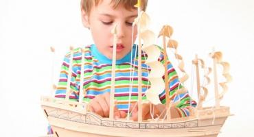 برای کودکان کشتیهای چوب پنبهای بسازیم